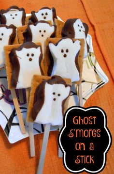 This Halloween Smores Recipe is easy to make and perfect for a Halloween Party favor or a ghostly classroom treat! Halloween Peeps, Halloween Drinks, Halloween Goodies, Halloween Food For Party, Halloween Birthday, Holidays Halloween, Halloween Treats, Halloween Decorations, Easy Halloween Desserts