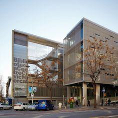 Biblioteca e centro cultural Sagrada Familia em Barcelona, Espanha. Projeto do arquiteto Manuel Ruisánchez Capelastegui / Ruisánchez arquitectes. 2007.