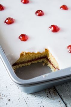 Bakewell Tart Tray Bake Iced Bakewell Tart Tray Bake complete with a cherry on top. Perfect for afternoon tea.Iced Bakewell Tart Tray Bake complete with a cherry on top. Perfect for afternoon tea. Tray Bake Recipes, Tart Recipes, Sweet Recipes, Baking Recipes, Dessert Recipes, Easter Recipes, Easter Baking Ideas, Cherry Bakewell Tart, Cake