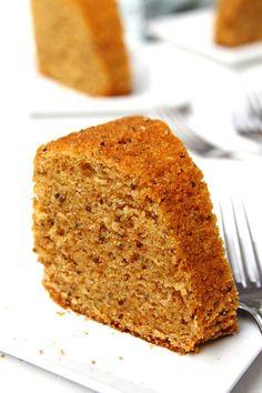 Receita rápida e fácil de Bolo de Fubá fofinho feita inteiramente no liquidificador sem glúten e sem lactose. O bolo fica muito macio e saboroso!
