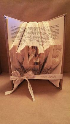 Boekvouwen Datum of jaartal gevouwen in een boek. Tussen de cijfers kunnen ook andere leestekens symbolen gebruikt worden. Leuk als kraamcadeau, trouwdag, jubileum etc. Facebook: Deco Books - Folding Art