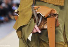 Entre le sac et la pochette, on choisit le sac à main porté comme une pochette. On opte pour un modèle souple façon grande besace que l'on g...