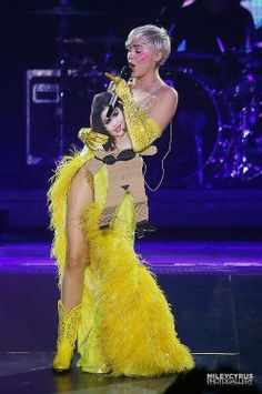 Miley Cyrus Disses Selena Gomez In Concert While Singing 'FU' – Watch Miley Cyrus, Celebrity Gossip, Celebrity Photos, Celebrity News, Selena Gomez Concert, Lgbt, Lady Gaga Photos, Taylor Swift Pictures, Ballet
