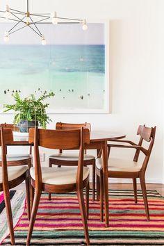 Mesa y sillas danesas del salón-comedor de estilo vintage decorado por Emily Henderson