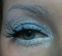 Winter Makeup Look, Frozen Eyes. The trick? Sugar with Vaseline. Interesting!