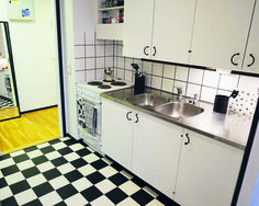 Kierrätyskodin keittiössä kaikki muu on vanhaa ja kierrätettyä paitsi  iki-ihana ruutulattia. Tosin sekin on jämäpalasta..
