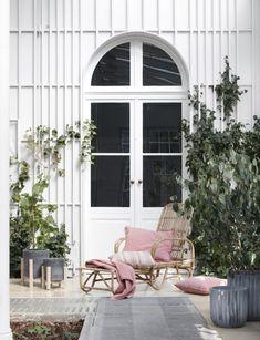 Rattan Hängeschaukel Eve im Farbton Vintage-White unter dem alten ...