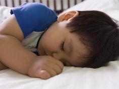¿Cuánto necesitan dormir los niños con dos años además del sueño de por la noche?