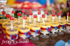 No dia 15 de junho de 2013 fizemos pelo terceiro ano consecutivo o aniversário da pequena Milena. Desta vez, tínhamos a missão de fazer uma ... Girl Birthday Themes, Baby Girl Shower Themes, Baby Shower Princess, Princess Party, First Birthday Parties, First Birthdays, 2nd Birthday, Snow White Tutu, Snow White Cake