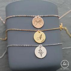Kjøp Surato smykke med bokstav og inngravering hos Smyla! Belagt i nydelig gull og sølv, med valgfri gravering - skap ditt eget personlige halskjede!