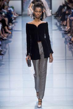 Guarda la sfilata di moda Armani Privé a Parigi e scopri la collezione di  abiti e 451ecdc77cb