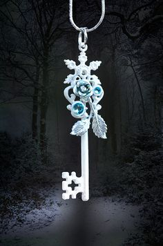 If Queen Elsa had a key, this would be it. Key Jewelry, Cute Jewelry, Jewelery, Jewelry Accessories, Jewelry Making, Cles Antiques, Elfen Fantasy, Old Keys, Magical Jewelry