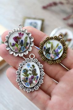 Handmade Pendant made from Real wild flowers. Diy Resin Earrings, Resin Necklace, Polymer Clay Jewelry, Resin Jewelry, Jewelry Art, Handmade Jewelry, Epoxy Resin Art, Diy Resin Art, Diy Resin Crafts