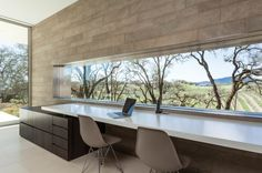 Home Office With A View. This home office in a California house by Swatt Miers Architects, with a view of a vineyard. Windows Office, Home Office Design, Home Office Decor, Modern House Design, Home Decor, Office Ideas, Office Furniture, Office Table, Contemporary Architecture