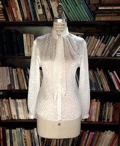 Ele arrasa nos acabamentos também, como nessa camisa branca (R$ 690), mais clássica