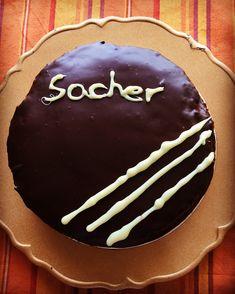 Llegaba mi cumple, también el 3º Aniversario del Blog (madre mía, quién me lo iba a decir!), y había que buscar una tarta espectacular para celebrarlo, una Tarta Sacher, una tarta de origen austría…