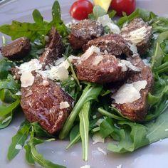 Tagliata di manzo, een heerlijk simpel Italiaans gerecht met biefstuk, rucola en Parmezaanse kaas.
