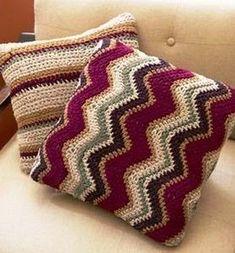 Ravelry: Contempo Striped Pillow pattern by Lion Brand Yarn - Super knitting Crochet Zig Zag, Crochet Lion, Crochet Home, Crochet Crafts, Crochet Projects, Free Crochet, Crochet Cushion Cover, Crochet Cushions, Crochet Afghans
