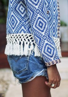 Rien de tel qu'un short en jean pour accompagner une veste folk ! (veste Tularosa - blog Sincerely Jules)