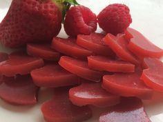 Nach einigen fehlgeschlagenen Versuchen und eifrigem Experimentieren, habe ich nun endlich ein Rezept für leckere vegane Gummibärchen ausgetüftelt, mit dem ich mich zufrieden geben kann. Natürlich …