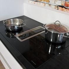 Showroom keuken Sense keukens Mat wit Opleg greep Graniet werkblad Inductie kookplaat met geïntegreerde afzuiging Combi oven Mengkraan met flexibele uitloop #sense #keukens #senskeukens #prikkeltuwzintuigen #wit #inductie