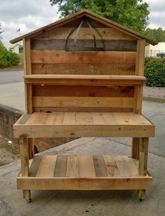 Outdoor Garden Potting Bench Design Ideas 4 Outdoor DIY Projects - Inexpensive and Easy Ways to Impr Pallet Potting Bench, Pallet Garden Benches, Potting Tables, Pallet Gardening, Garden Work Benches, Balcony Gardening, Gardening Quotes, Gardening Hacks, Greenhouse Gardening