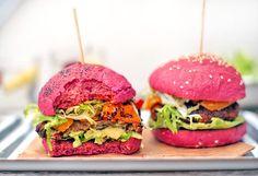 Letní burgery s avokádem a grilovanými paprikami | Veganotic Summer Burgers, Grilled Peppers, Red Beets, Paleo Bread, Wrap Sandwiches, Raw Vegan, Salmon Burgers, Main Dishes, Gluten Free