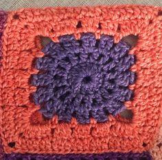 Blokhulp met Sigeunertop-patroon – A HankiDori Day Crochet Squares, Crochet Top, Crochet Fashion, Crochet Patterns, Blanket, Pullover, Gypsy, Pastel, House