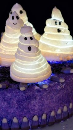 Haunted Ghost Cake: Great Glowing Ghouls ~ How to Make this Fun Halloween Cake Spooky Halloween Cakes, Halloween Dinner, Halloween Boo, Holidays Halloween, Happy Halloween, Holiday Cakes, Holiday Fun, Fun Cupcakes, Cupcake Cakes