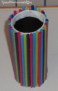 Manualidades con mis hijas. Lata de cerveza larga adornada con pajitas de colores. Kids Crafts. Straws. Recycled tin can