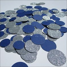 Confettis party paillettes bleu marine et argent est parfaite pour décorer vos tables de mariage nautique, douche nuptiale ou un 25ème