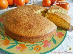 La torta allo yogurt con arancia è un dolce leggero in quanto non contiene burro e un basso numero di uova. Ottima dalla colazione in poi anche farcita.