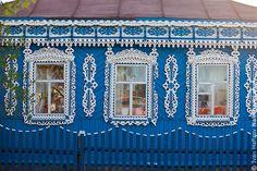 В некоторых городах на деревянных домах, кроме самих наличников, встречаются и другие резные украшения, причем иногда —удивительной красоты. В Рязанской области есть несколько домов, на которых меж