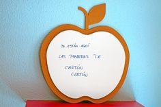 Pizarra manzana de cartón.   By cartóncartón.