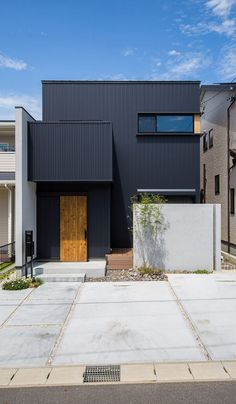 open concept modern home design. Small House Exteriors, Black House Exterior, Modern Exterior, Exterior Design, Architect House, Architect Design, Japanese Modern House, Halls, Narrow House