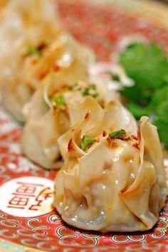 Shrimp-Pork-Shu-Mai with a homemade chili dipping sauce (Chinese pork and shrimp dumplings) Kevin Is Cooking Seafood Recipes, Pork Recipes, Cooking Recipes, Dinner Recipes, Wonton Recipes, Cooking Tips, Fingers Food, Chinese Pork, Homemade Chili