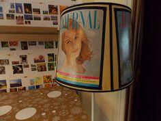 Pantalla intervenida con revistas viejas con modelos en las tapas y cintas negras.