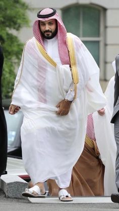 Britain's Queen Elizabeth II welcomed Saudi Crown Prince Mohammed bin Salman on Wednesday . Mohammed bin Salman arrived in the united kingdom on Tuesday night time, and is anticipated to spend 3 days in the UK ,that is his first visit to Britain since t King Salman Saudi Arabia, Saudi Arabia Prince, Ksa Saudi Arabia, Arab Men Fashion, Saudi Arabia Culture, Arabian Costume, Royal Family Trees, Prince Mohammed, King Abdullah
