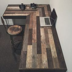 Unique and Elegant DIY Pallet Project Ideas Create this rustic office workstation with pallets. Buying expensive office furniture can be so great for your pocket. Do not worry, create this innovative workstation with the remodeled pallet woods. Reclaimed Wood Projects, Diy Pallet Projects, Woodworking Projects Diy, Home Projects, Woodworking Plans, Woodworking Furniture, Popular Woodworking, Reclaimed Wood Desk, Woodworking Patterns