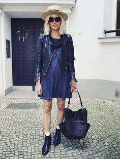 Outfit: Hallo, nackte Beine! - LesMads  Boots von Acne – Modell Jensen -, ein Punktekleid von Monki, Lederjacke von Zara