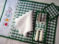 Beautiful and Easy Models to Make Sewing Hacks, Sewing Crafts, Quilting Projects, Sewing Projects, Handmade Crafts, Diy And Crafts, Place Mats Quilted, Table Runner And Placemats, Sewing Table
