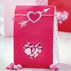 Sachets pour candy bar A la place des dragées, proposez des bonbons! Toutes les astuces pour un candy bar facile et pas cher! Mon Cheri, Bar Original, Presentation, Gift Wrapping, Candy, The Originals, Licence, Sweet, Gifts
