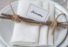 Un pliage avec des plis pochetteUn pliage de serviettetrès pratique : il peut aussi servir de marque-place grâce à ses plis, en y glissant une petite carte calligraphiée. Vous pouvez aussi y glisser un petit mot façon fortune cookie.Niveau : facile