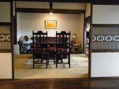 和洋折衷な和レトロの空間。梁や襖を額縁に見立てた畳の間の中心に、重厚感ある革のソファを置いています。まるで、ソファ「を」見る視線を意識したかのような配置ですね。 Japanese Home Design, Japanese Interior, Japanese House, Home Room Design, House Design, Tatami Room, Antique Wallpaper, Japanese Architecture, Restaurant Design