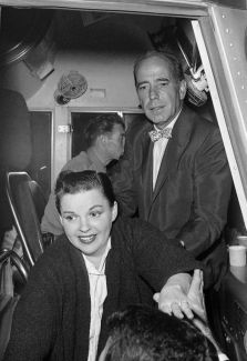 Long-Beach-1955 after the show, Judy boards the bus rented by Frank Sinatra and pals, including Humphrey Bogart