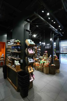travaux lush cosmetics - travaux agencement - travaux boutique cosmétiques Convience Store, Carnicerias Ideas, Supermarket Design, Warehouse Design, Store Layout, Floating Shelves Diy, Candle Shop, Restaurant Interior Design, Merchandising Displays