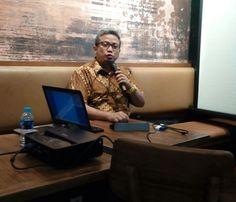 "KIBLAT.NET, Jakarta – Direktur Eksekutif Information and Communication Technology (ICT) Watch, Donny B.U, menilai pasal 27 ayat 3 tentang pencemaran nama baik mengandung ketidakjelasan. Pasal 27 dalam Undang undang ITE itu dinilai bisa membungkam ekspresi rakyat dalam bersuara. ""SE Hate Speech seolah-olah memperkuat keberadaan Pasal 27 Ayat 3 UU ITE, sedangkan di sana ada ketidakjelasan …"