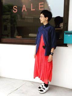 柔らかい素材のワンピースドレスなら、赤の割合が多くても可愛いらしい雰囲気で着こなせますね。メンズライクなネイビーのシャツを合わせてバランスよく。