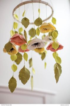 Easy DIY felt flower mobile for baby with free printable template | Photography by Lia Griffith | #felt_crafts_templates