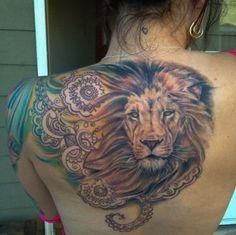 lion femme a tatouer dos avec belle criniere et effet mandala